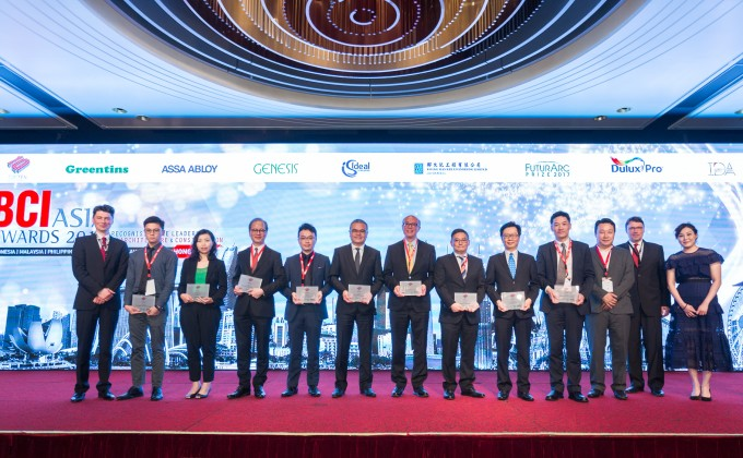 Mr Kevin Leung, General Manager (Project Management) of Wheelock Properties (four right) receives the Top 10 Developers Award in BCI Asia Awards 2017 on behalf of the company.